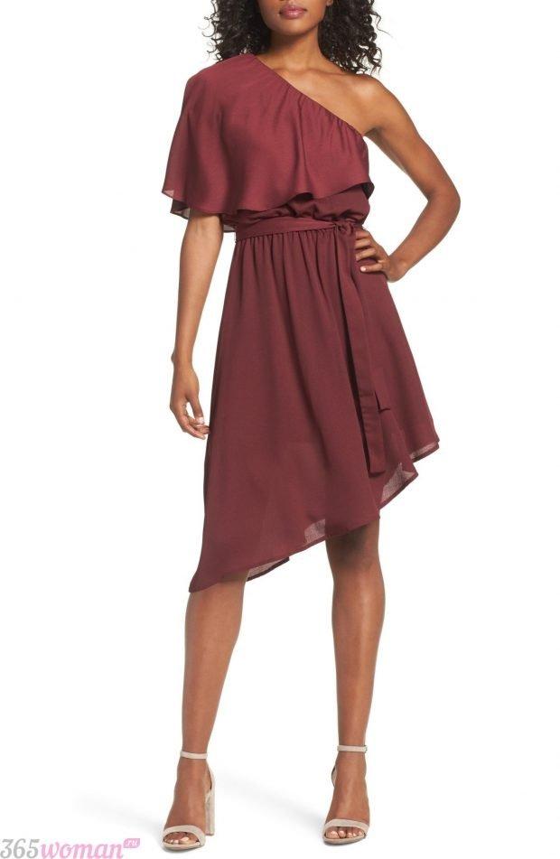 что одеть на день святого валентина 2021: бордовое асимметричное платье на одно плечо