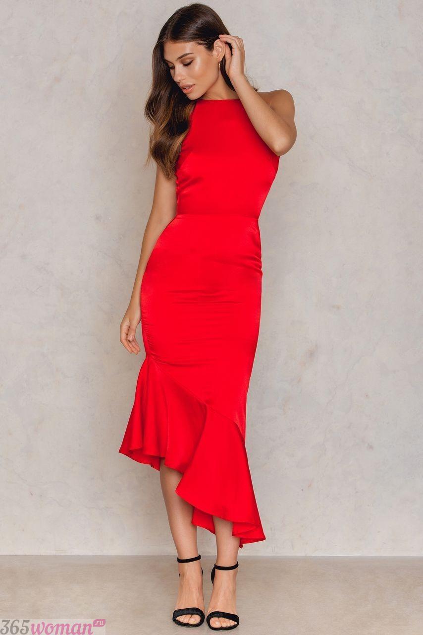 красное удлиненное асимметричное платье