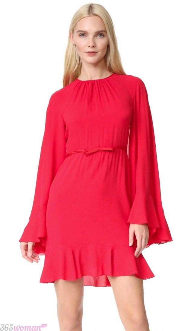 что одеть на день святого валентина 2021: красное платье с широкими рукавами