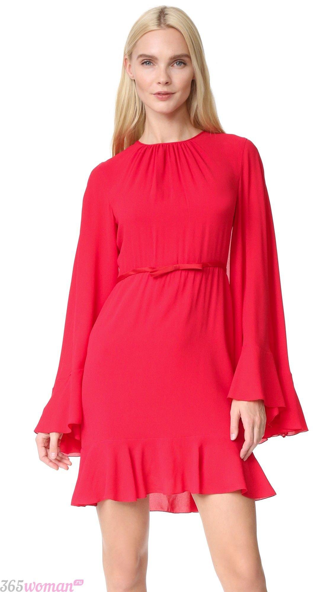 красное платье с широкими рукавами