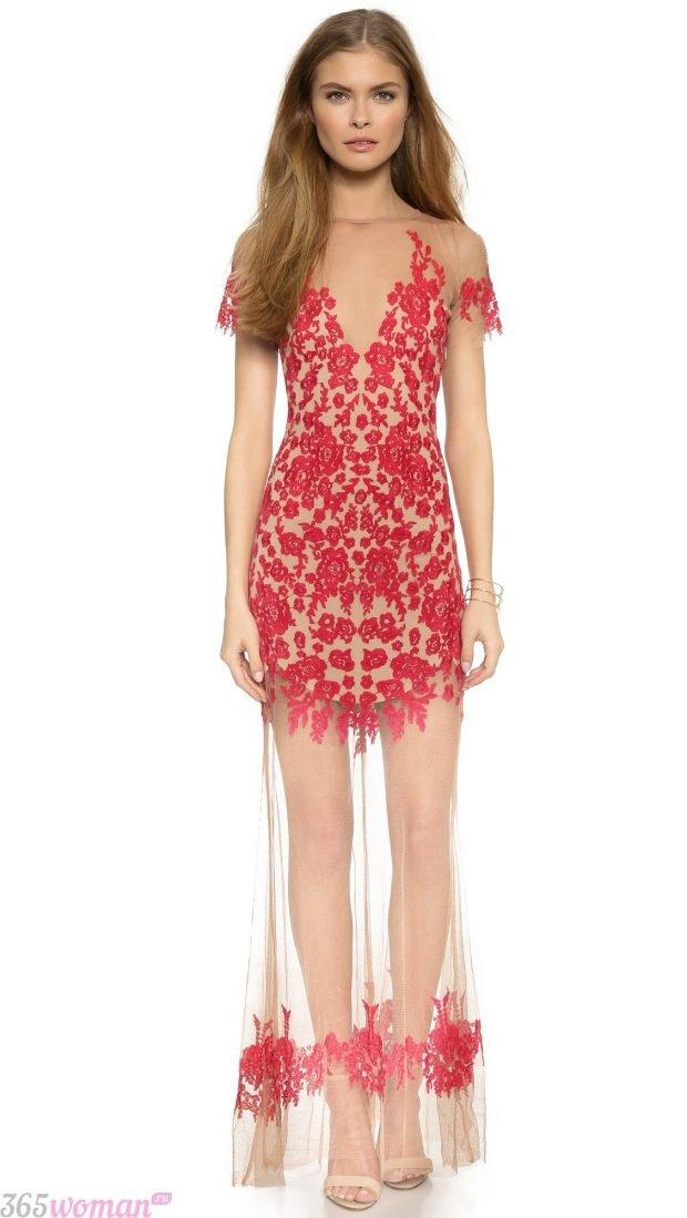 что одеть на день святого валентина 2021: бежевое платье с красным кружевом и длинной прозрачной юбкой
