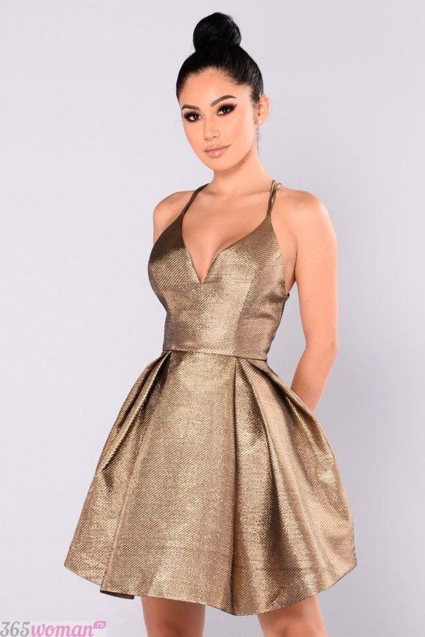 что одеть на день святого валентина 2021: блестящее платье на бретелях с пышной юбкой