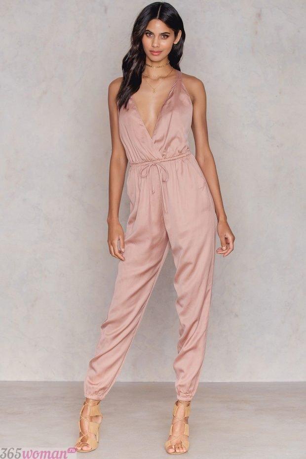 что одеть на день святого валентина 2021: атласный комбинезон цвета пудры