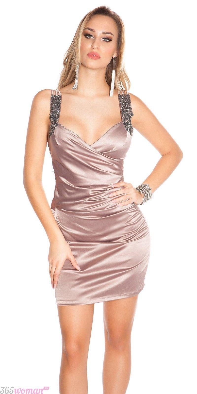 светлое атласное короткое платье