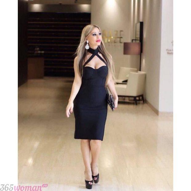 что одеть на день святого валентина 2021: черное платье футляр с интересным верхом
