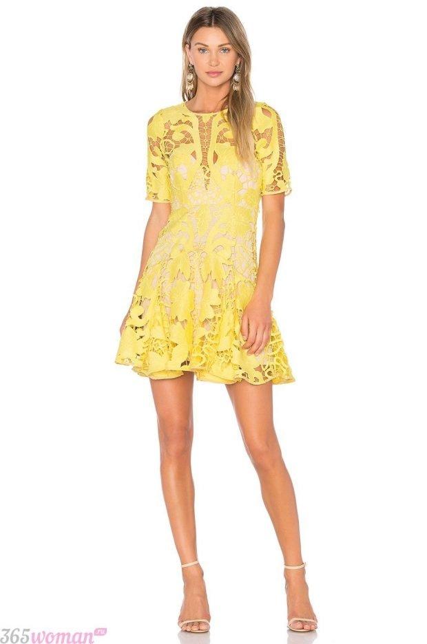 что одеть на день святого валентина 2021: желтое кружевное платье