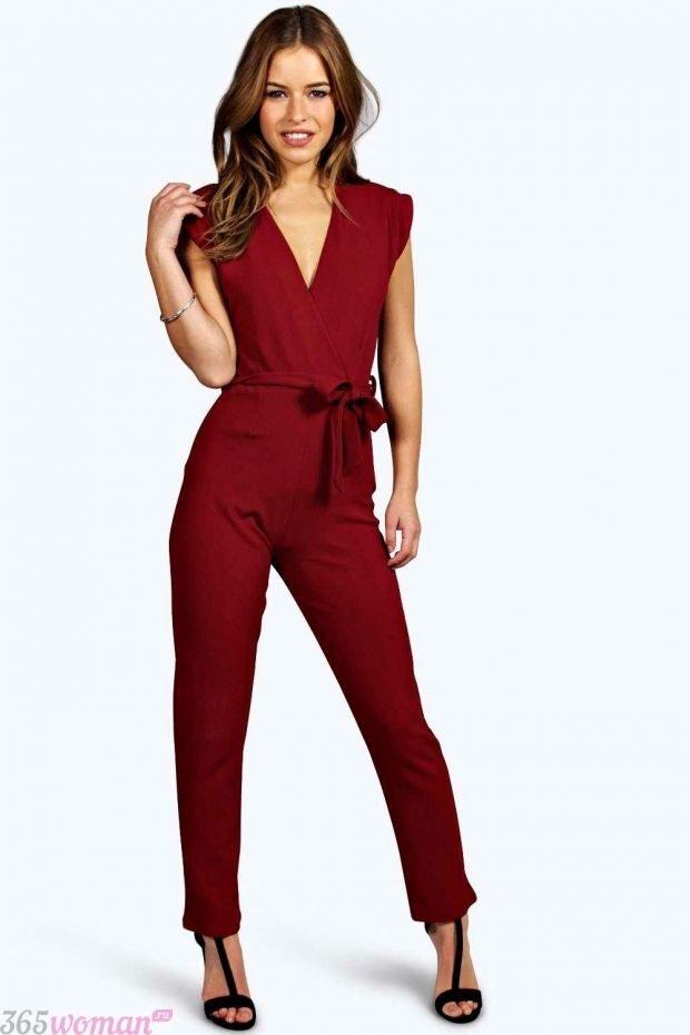 что одеть на день святого валентина 2021: бордовый комбинезон с поясом