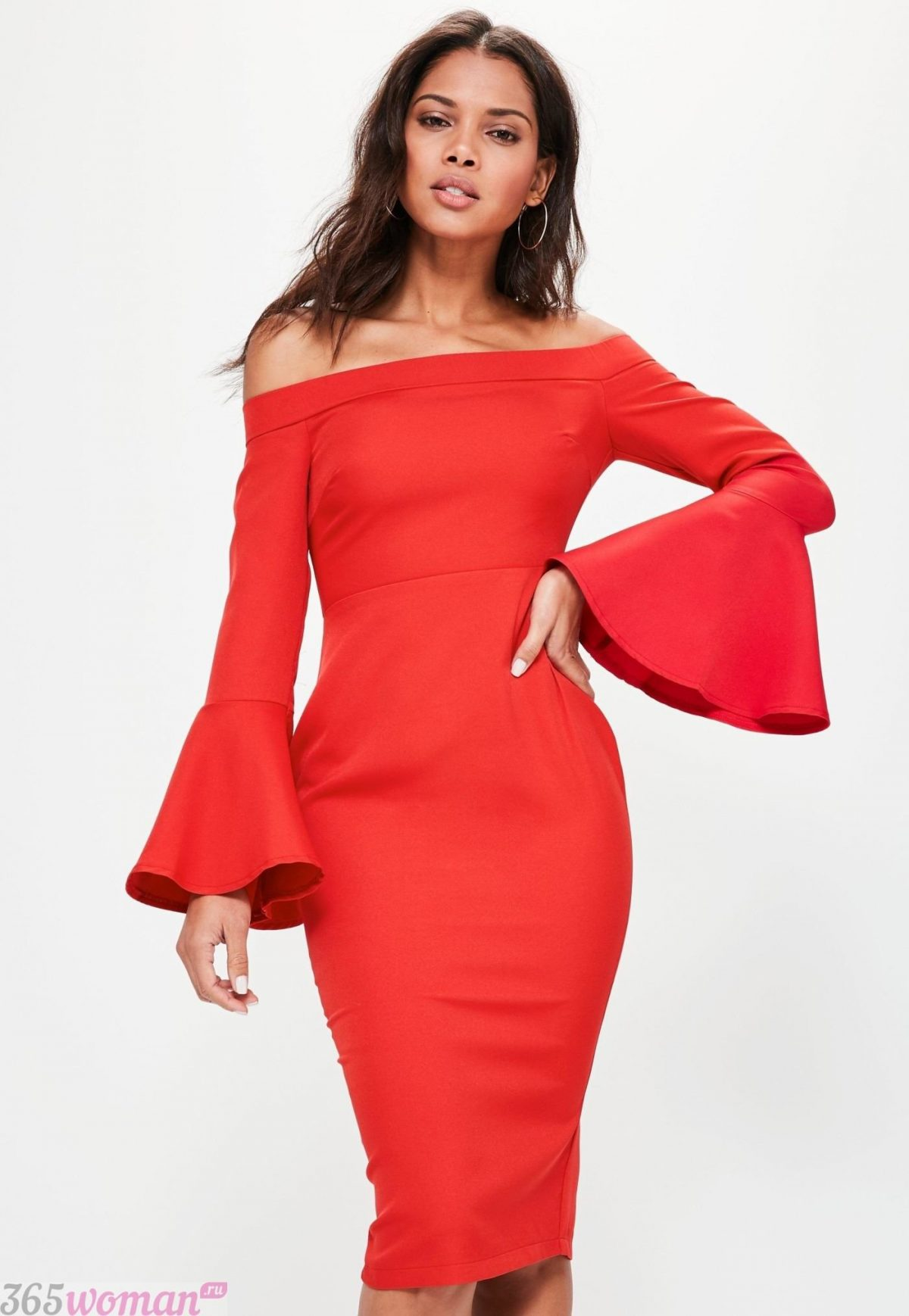 красное платье с расклешенными рукавами