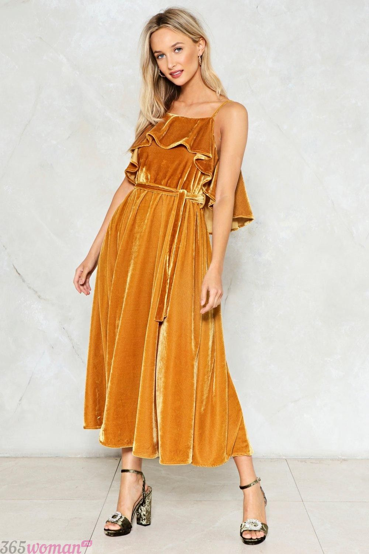 Что одеть на новогодний корпоратив: длинное бархатное платье горчичного цвета