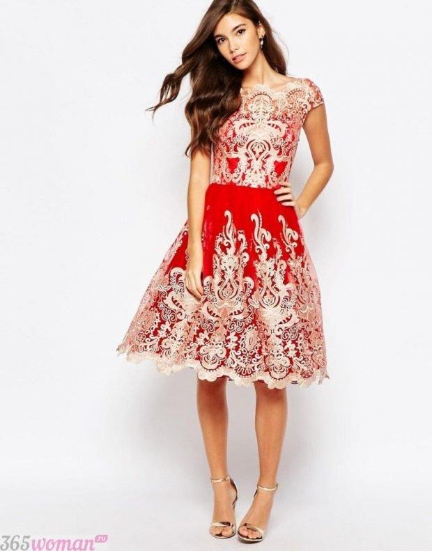 Что одеть на новогодний корпоратив: красное платье с золотистой вышивкой