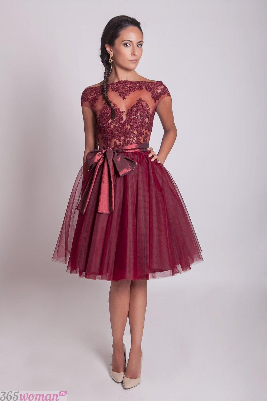Что одеть на новогодний корпоратив: платье с пышной юбкой цвета марсала