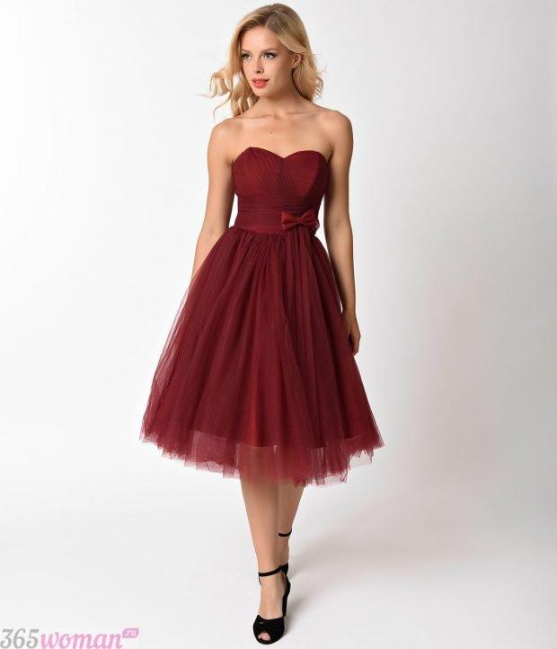 Что одеть на новогодний корпоратив: бордовое платье с пышной юбкой и открытым верхом