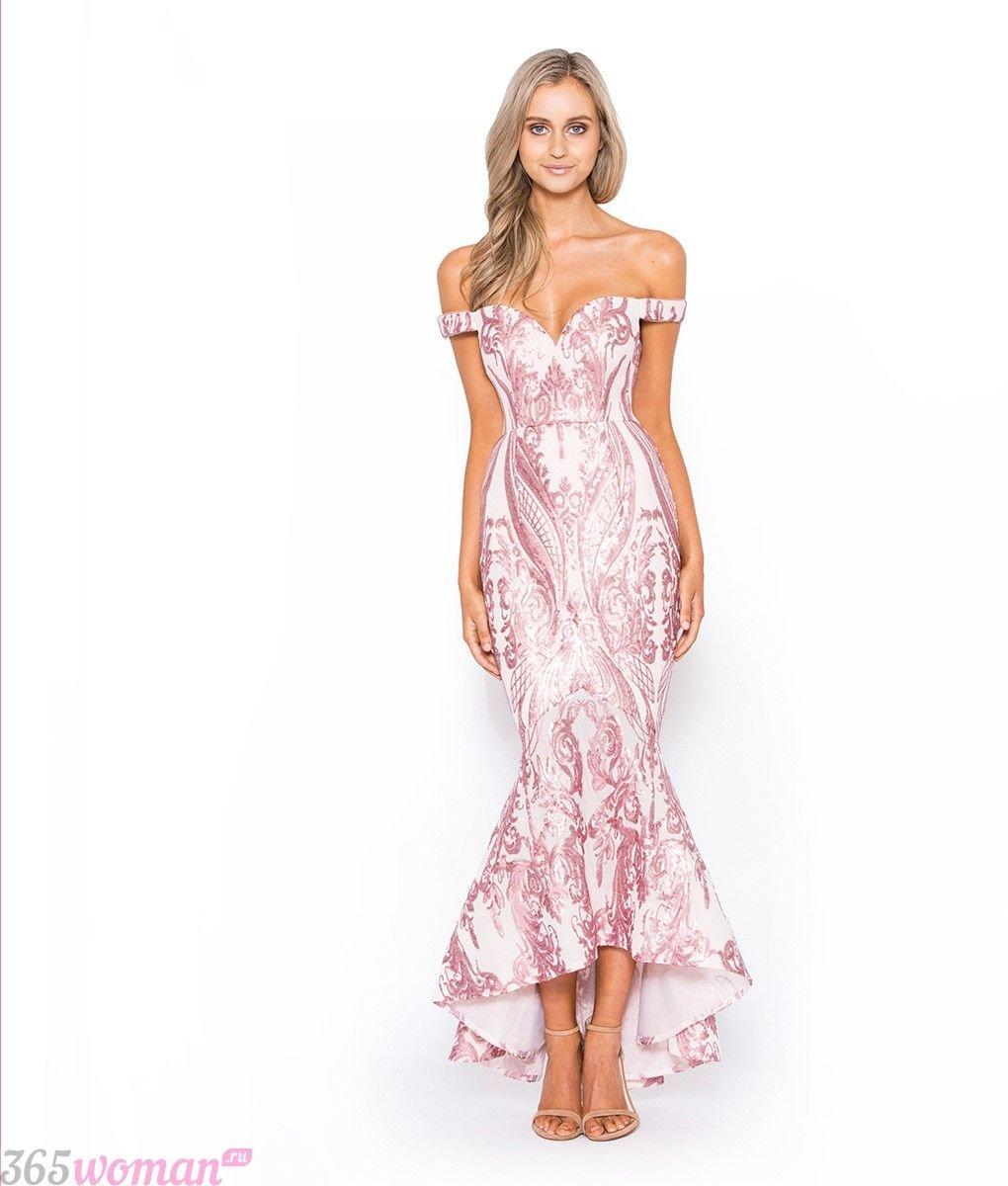 Что одеть на новогодний корпоратив: длинное белое платье с розовой вышивкой