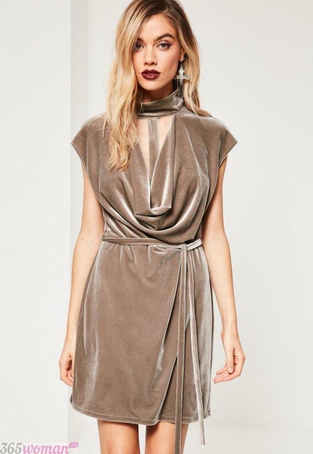 Что одеть на новогодний корпоратив 2021: бежевое короткое платье из бархата