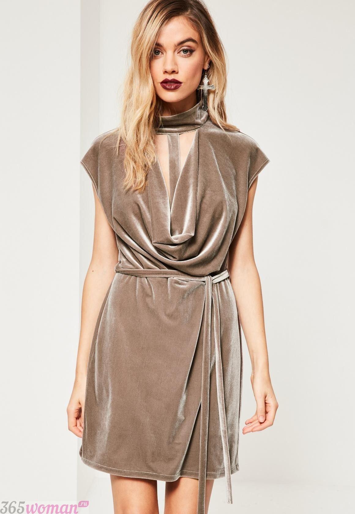 Что одеть на новогодний корпоратив 2020: бежевое короткое платье из бархата
