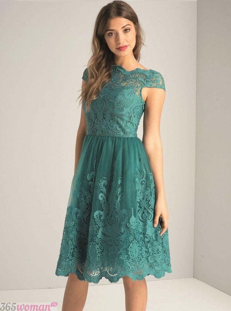 Что одеть на новогодний корпоратив: зеленое кружевное платье