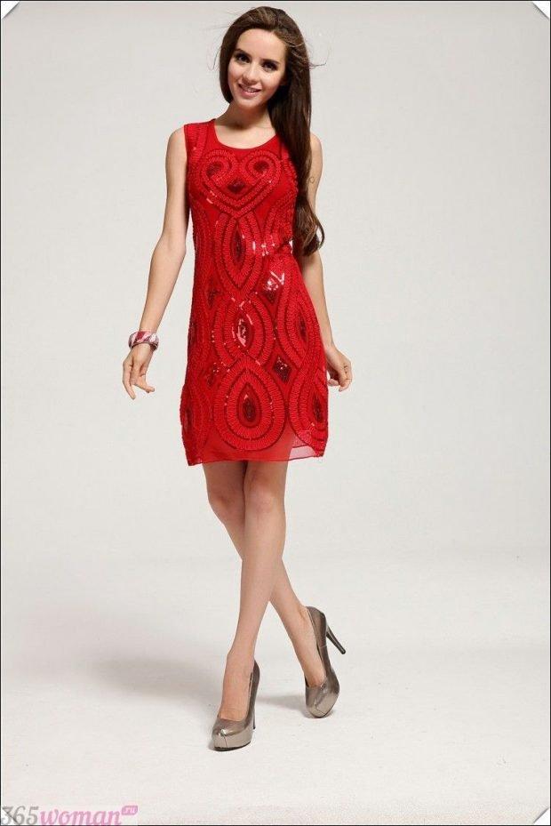 Что одеть на новогодний корпоратив 2021: красное нарядное платье с узором из пайеток