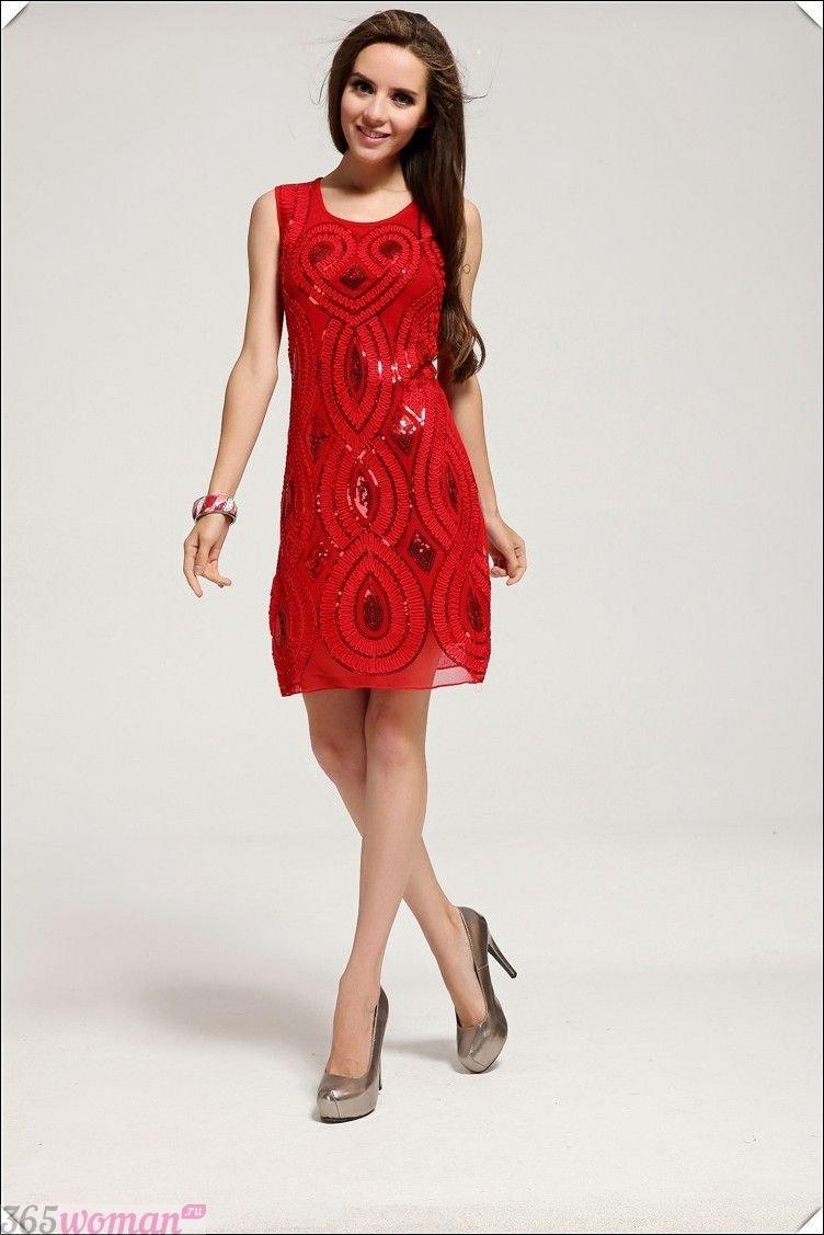 Что одеть на новогодний корпоратив 2020: красное нарядное платье с узором из пайеток