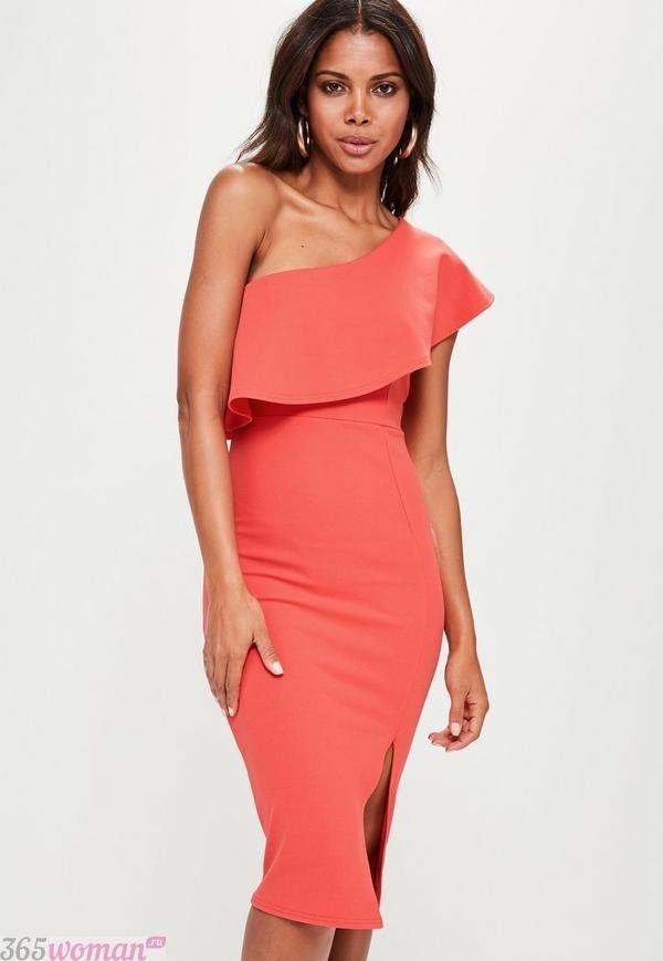 Что одеть на новогодний корпоратив: коралловое платье с баской на одно плечо
