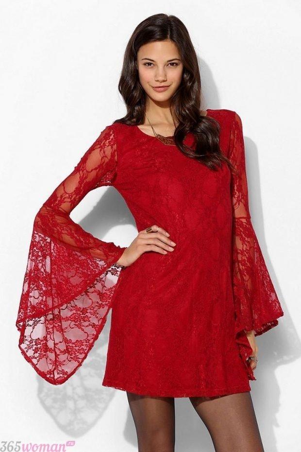 Что одеть на новогодний корпоратив: красное кружевное платье с расклешенными рукавами