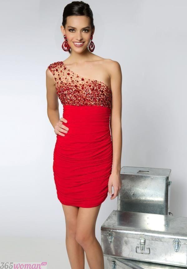 Что одеть на новогодний корпоратив: красное платье на одно плечо