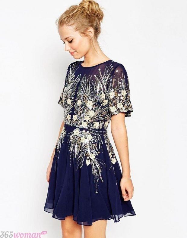 Что одеть на новогодний корпоратив: темно-синее платье с золотистыми элементами