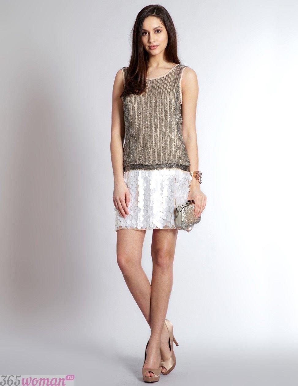 Что одеть на новогодний корпоратив: золотистое платье с белой юбкой