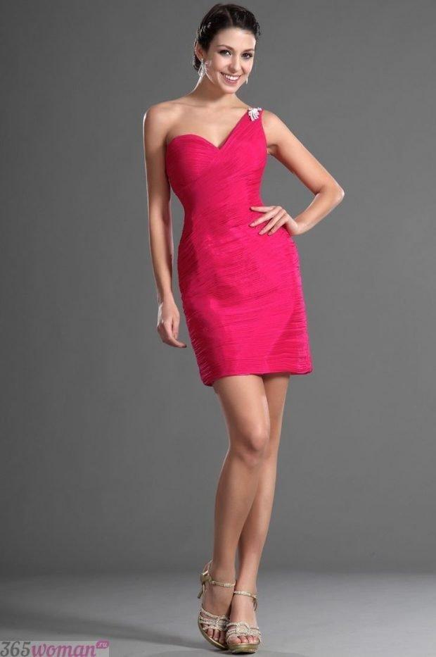 Что одеть на новогодний корпоратив 2021: розовое платье на одно плечо