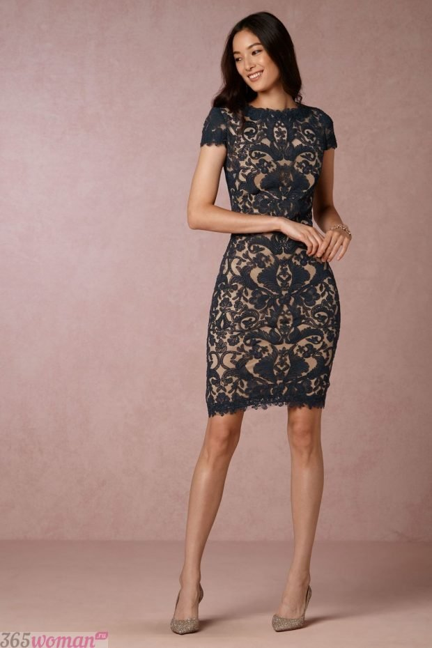 Что одеть на новогодний корпоратив: черное кружевное платье футляр