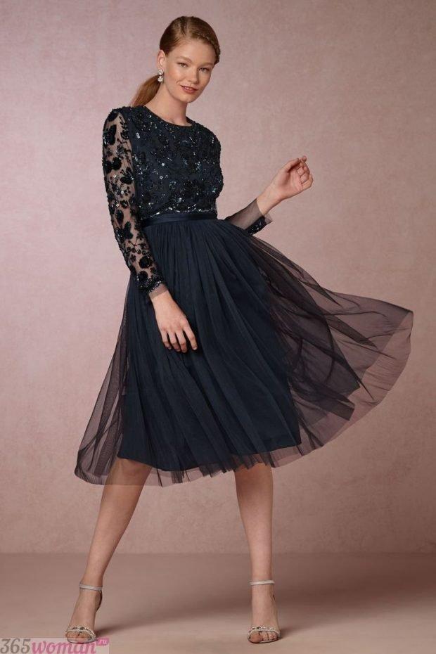Что одеть на новогодний корпоратив: черное платье миди с фатиновой юбкой