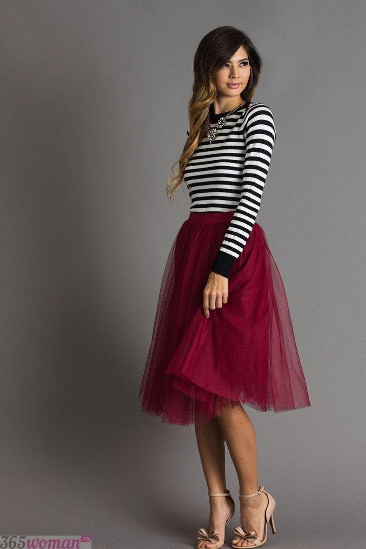 Что одеть на новогодний корпоратив: полосатый реглан и бордовая юбка пачка