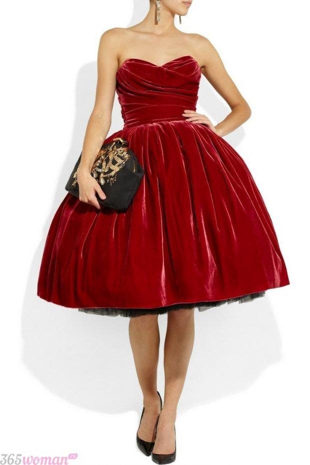 Что одеть на новогодний корпоратив: красное бархатное пышное платье
