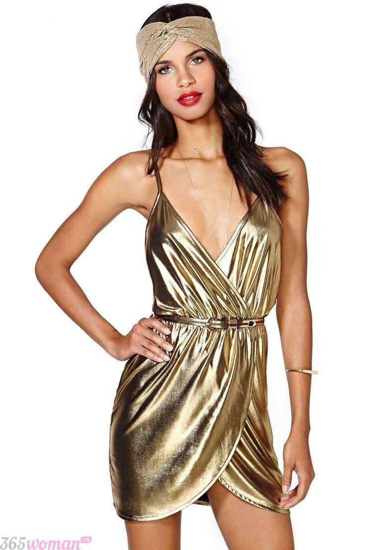 Что одеть на новогодний корпоратив: короткое золотое платье в стиле ретро