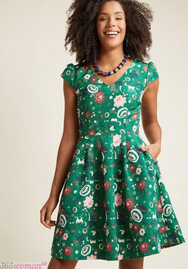 Что одеть на новогодний корпоратив: зеленое платье с новогодней тематикой