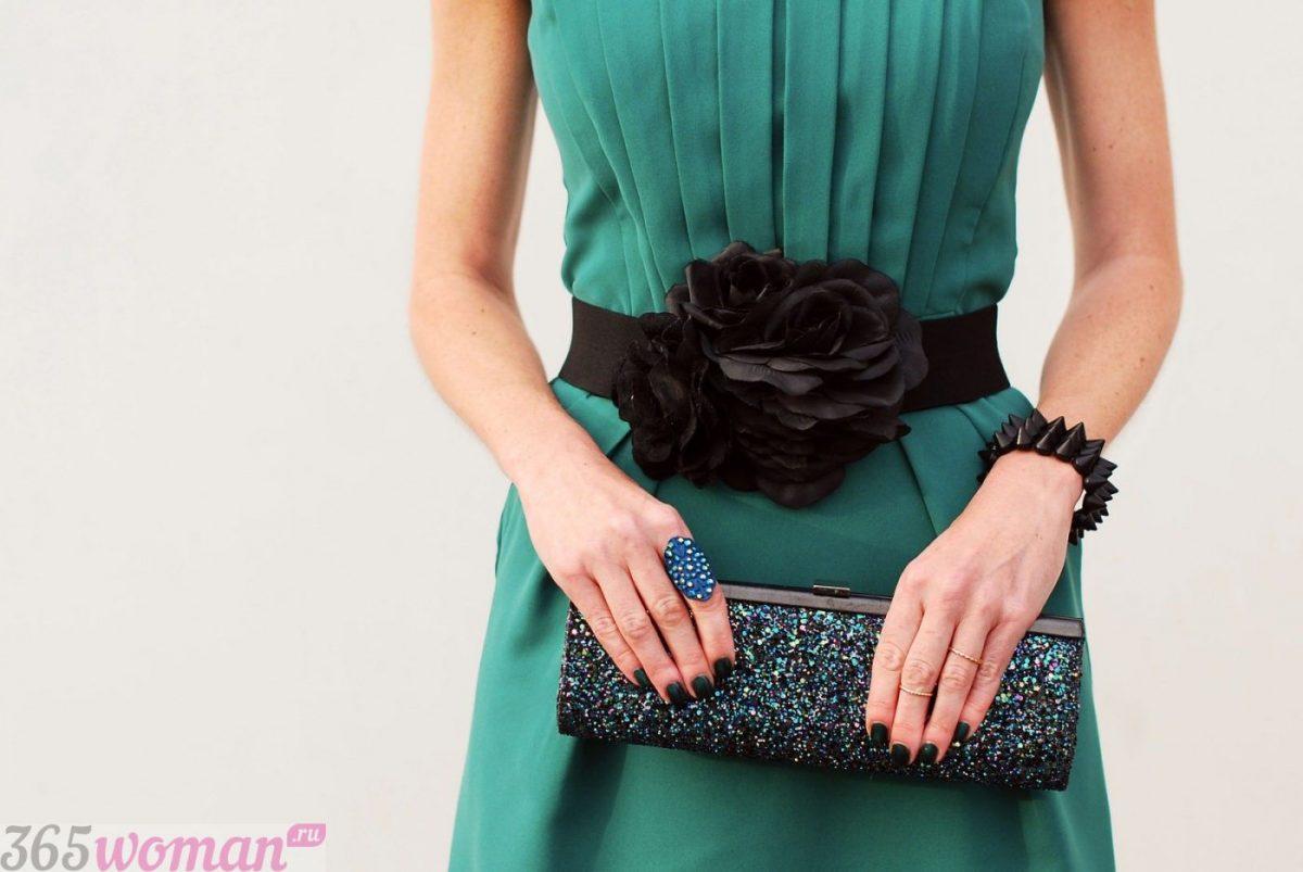 Что одеть на новогодний корпоратив: зеленое платье и пояс со цветком и сумочка