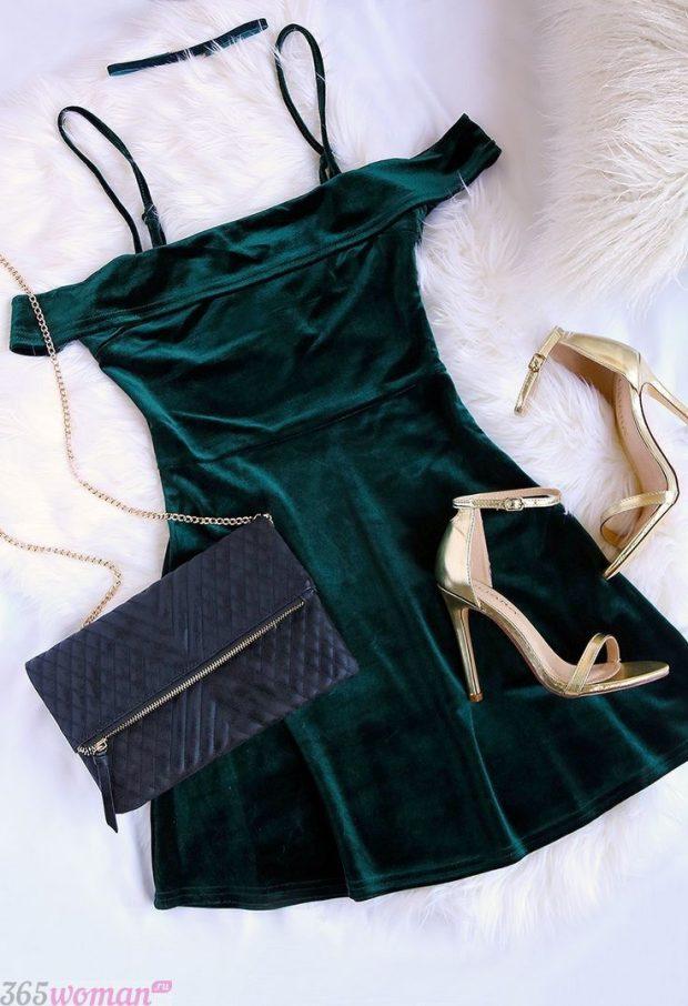 Что одеть на новогодний корпоратив: зеленое бархатное платье, клатч и золотые босоножки