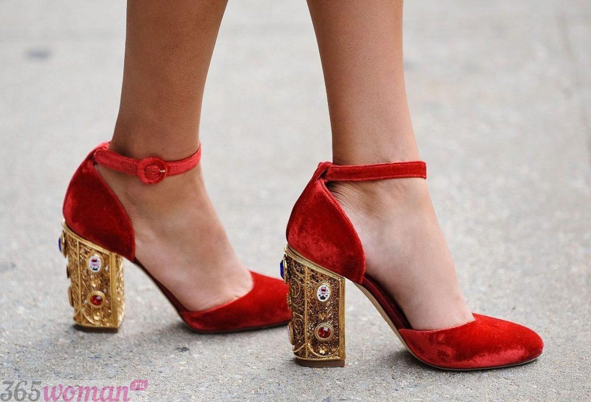 Что одеть на новогодний корпоратив: красные бархатные туфли с декором на каблуках
