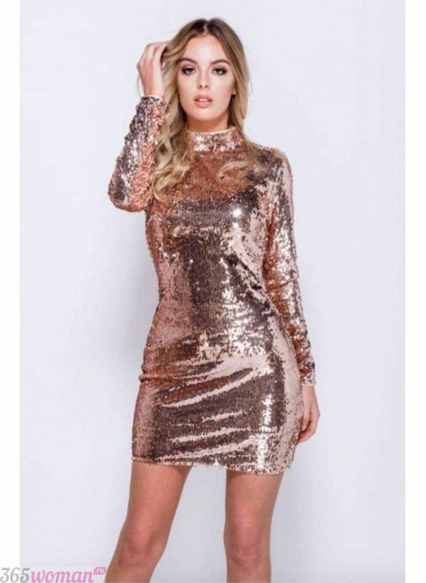 Что одеть на новогодний корпоратив 2021: золотистое платье с длинным рукавом в пайетках