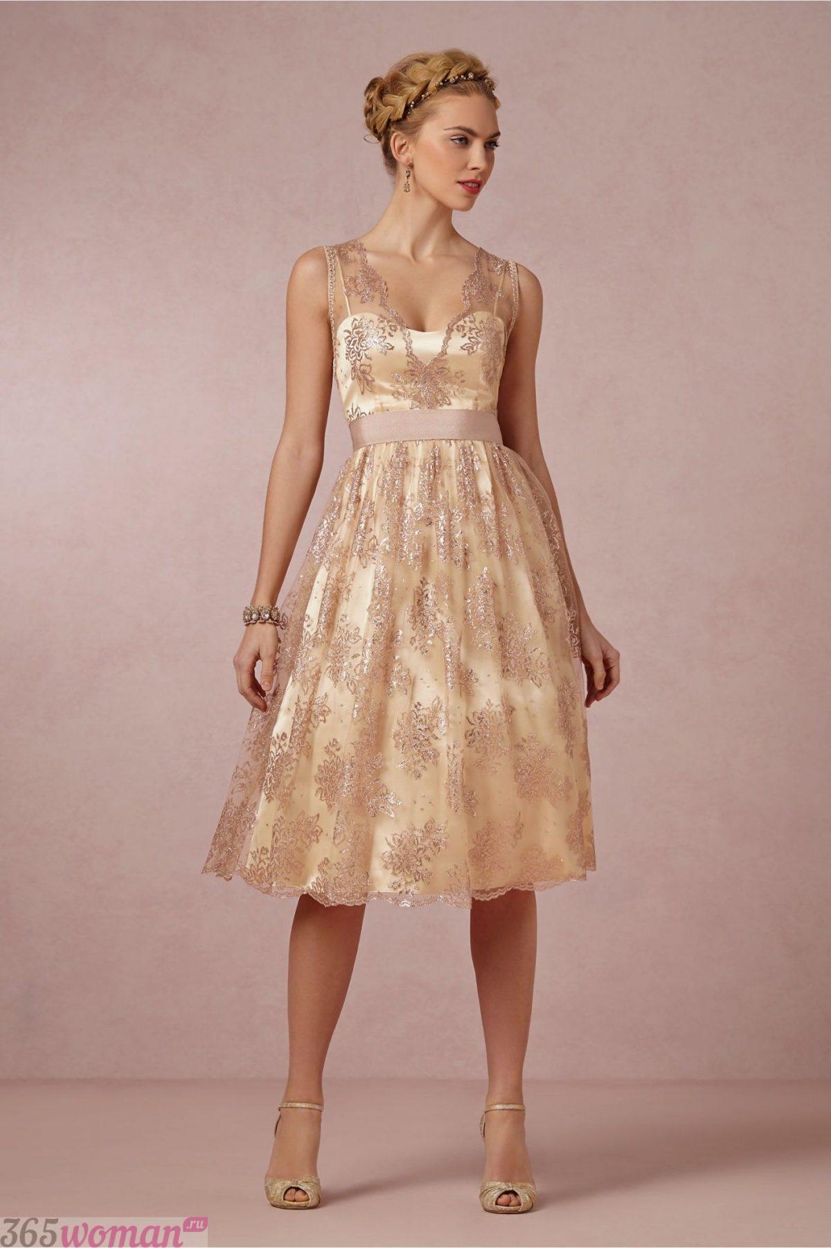 Что одеть на новогодний корпоратив 2020: светлое платье миди расшитое золотом