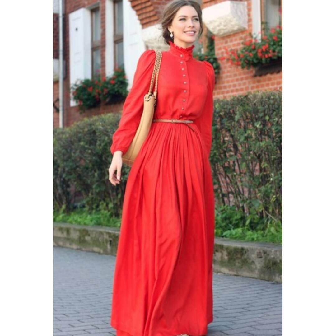 длинное коралловое платье с длинным рукавом с чем носить