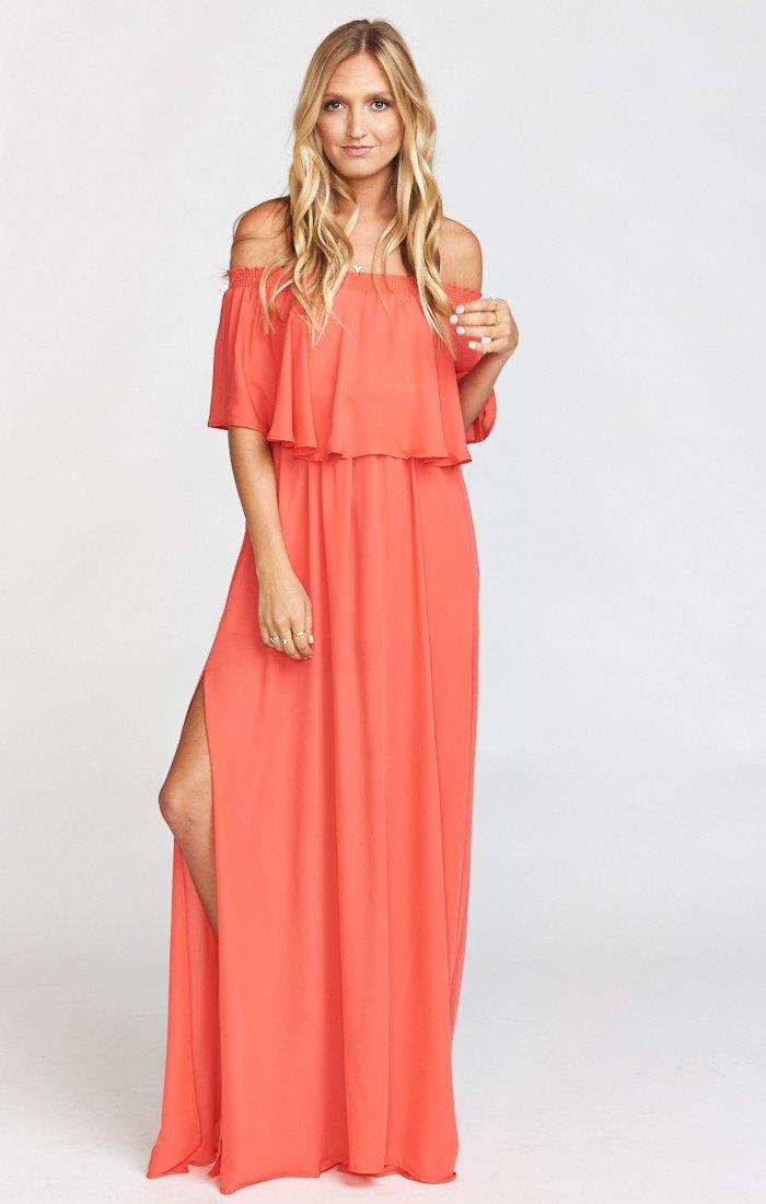 длинное коралловое платье с воланом с чем носить
