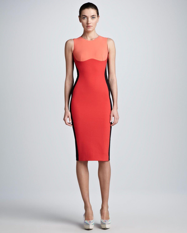 коралловое платье по фигуре с контрастным верхом с чем носить