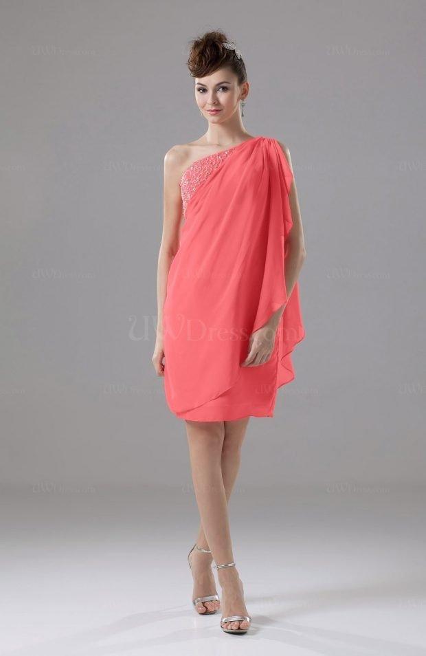 свободное коралловое платье на одно плечо