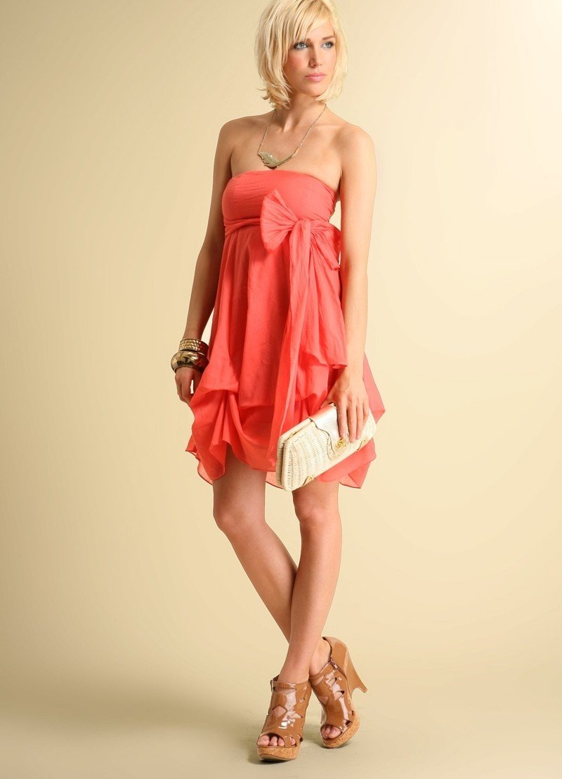 с чем носить коралловое платье многоярусное с рюшами