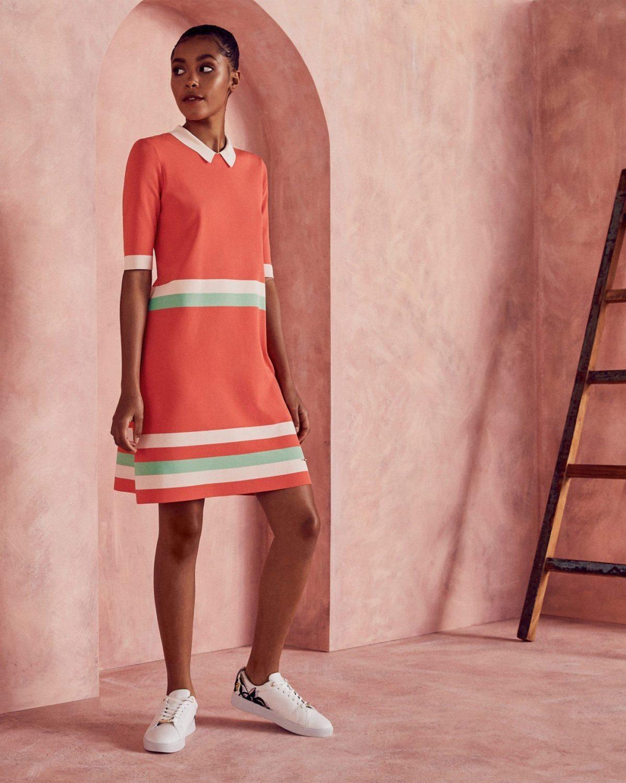 коралловое платье с полосками и белые кроссовки с чем носить