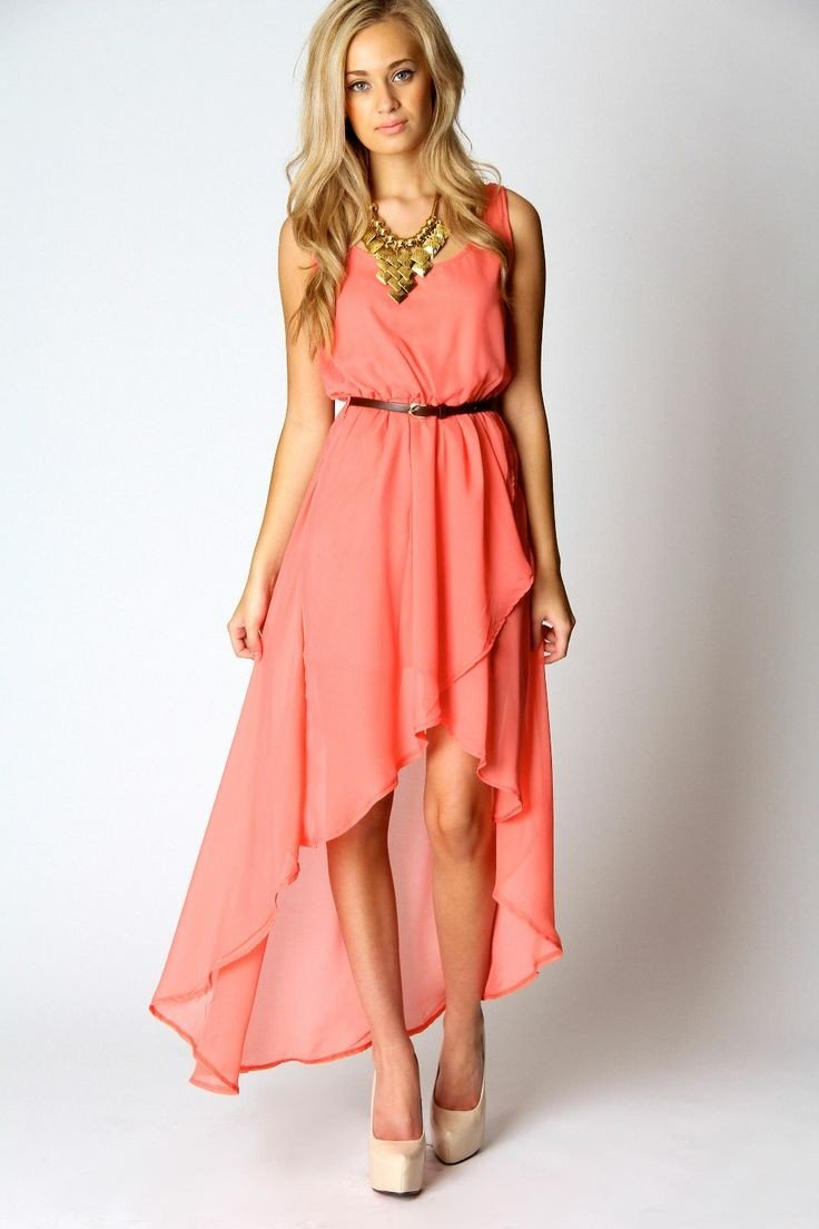 с чем носить асимметричное коралловое платье и золотистые украшения