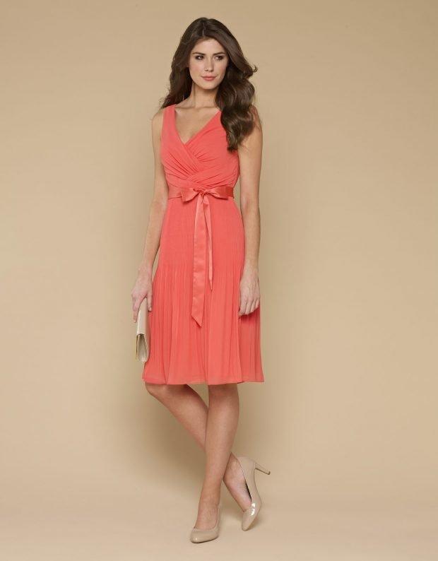 с чем носить коралловое платье-миди с поясом