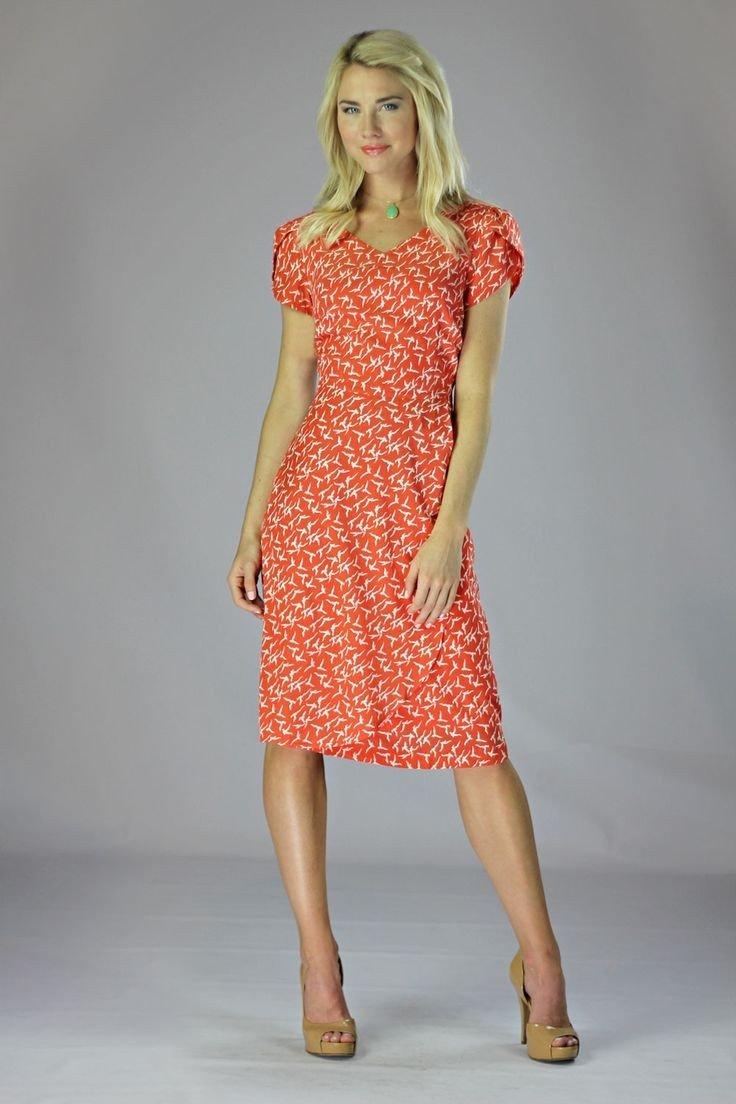 с чем носить коралловое платье с коротким рукавом принт