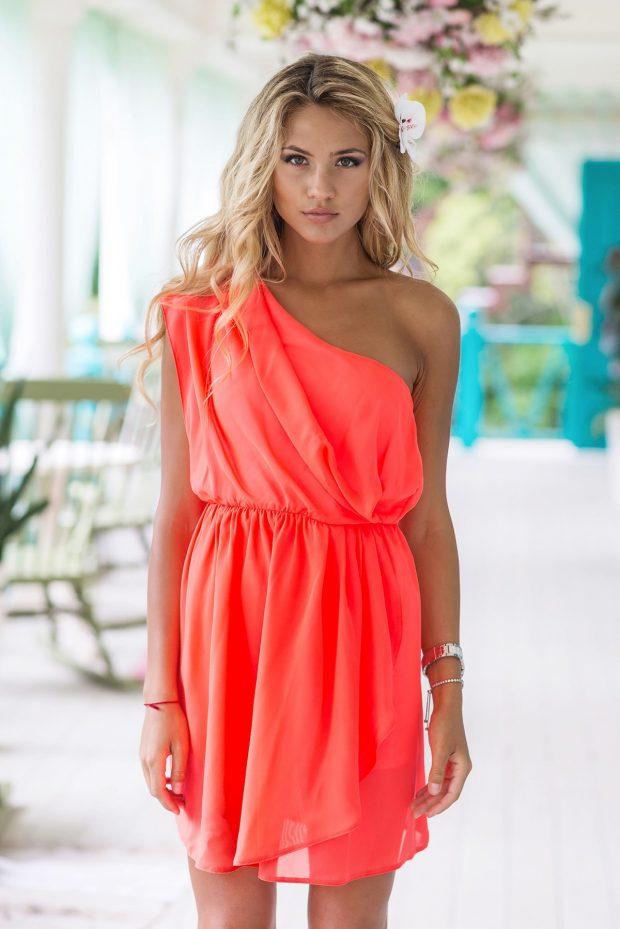 с чем носить свободное коралловое платье на одно плечо