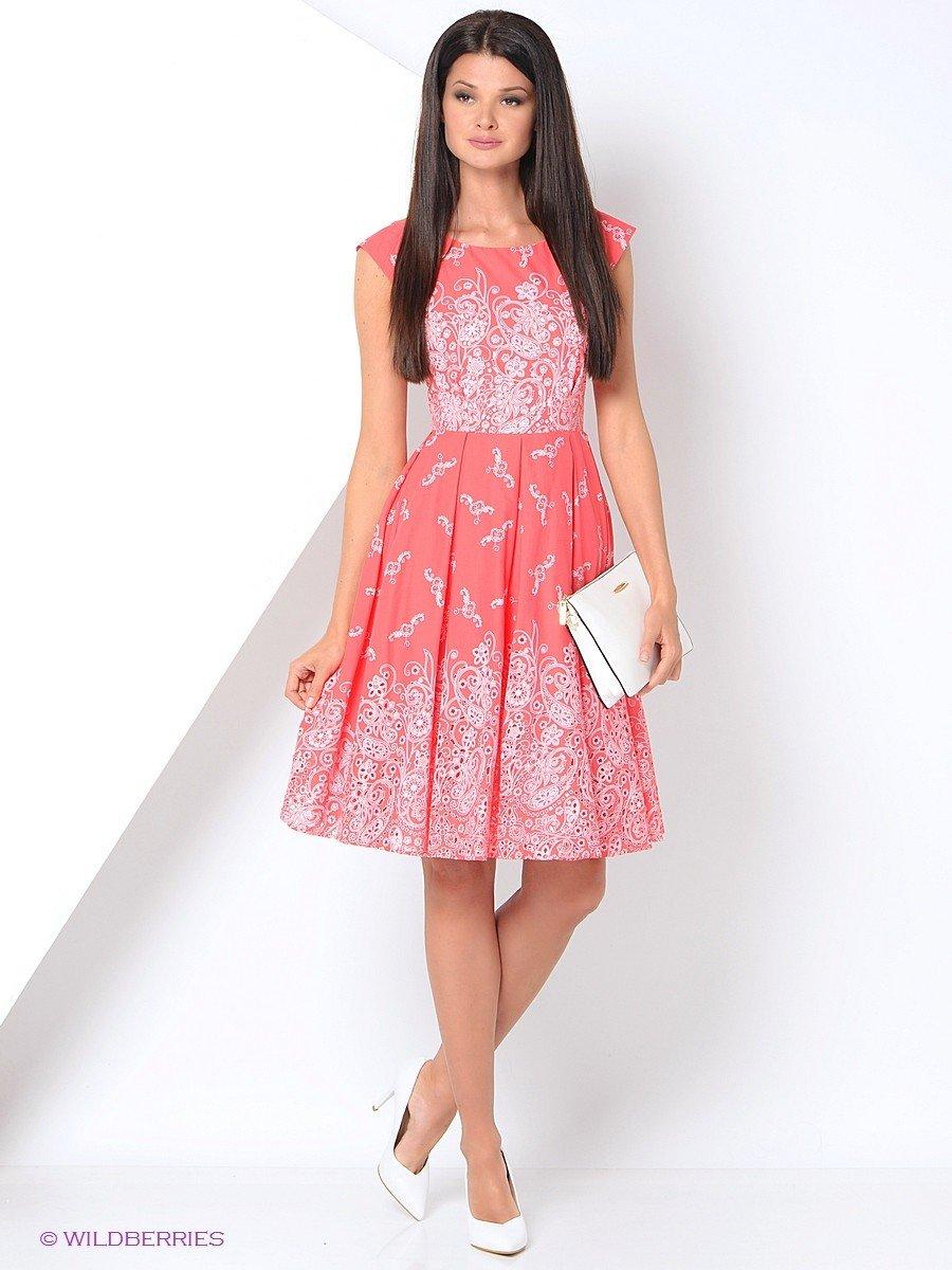 коралловое платье разных оттенков и белые туфли-лодочки с чем носить